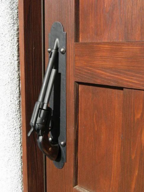 Фото прикол  про двері та зброю