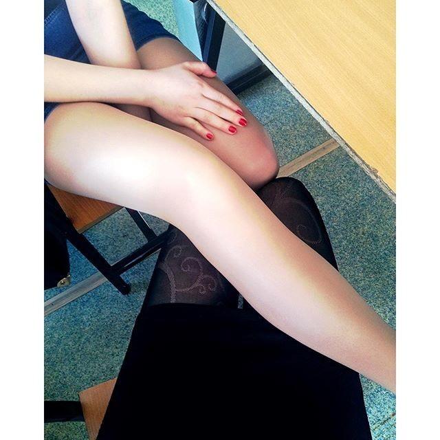 Фото прикол  про подруг, жіночі ноги та мастурбацію