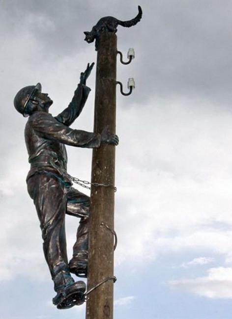 Фото прикол  про електриків та пам'ятник