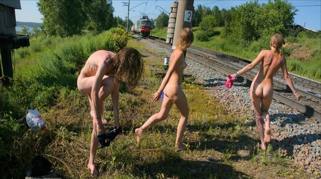 Фото прикол  про потяги, дівчат та роздягнених людей