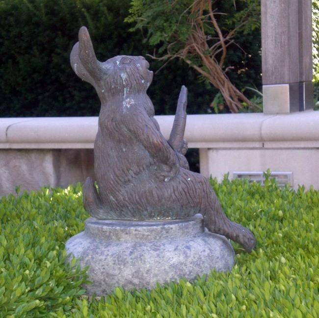 Фото прикол  про пам'ятник, зайців та моркву
