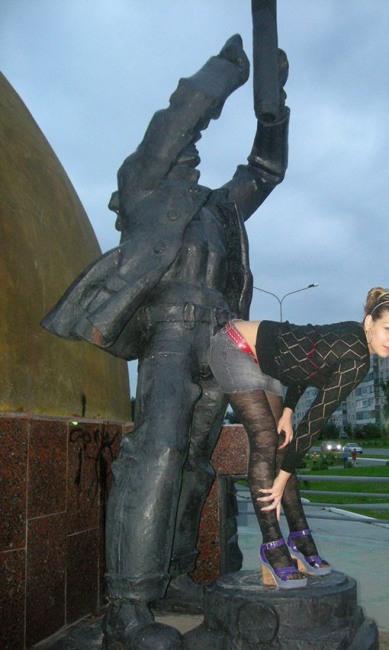 Фото прикол  про пам'ятник вульгарний