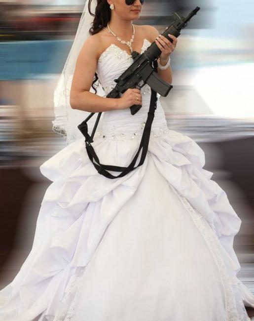 Фото прикол  про наречену та зброю