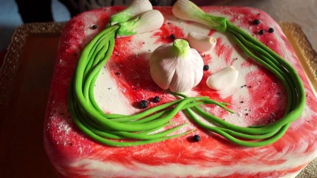 Фото прикол  про сало, часник, цибулю та торт