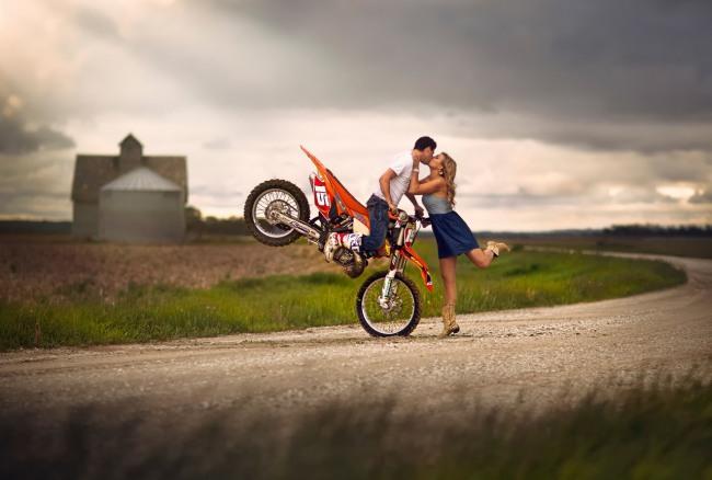 Фото прикол  про поцілунки, романтику та мотоциклістів