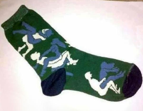 Фото прикол  про шкарпетки та камасутру