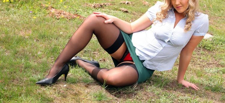 Фото прикол  про повій, жіночі ноги вульгарний