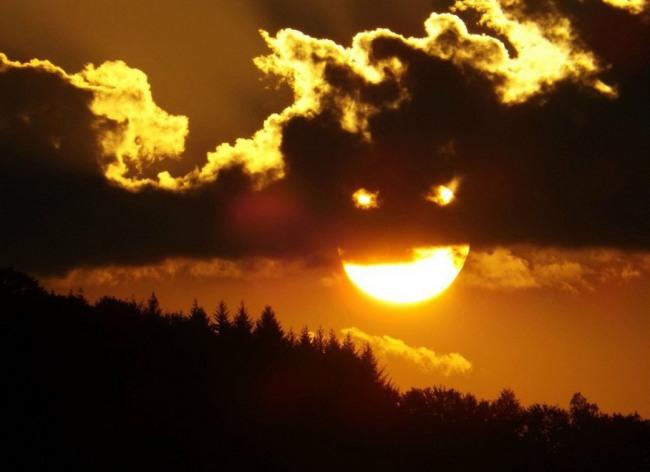 Фото прикол  про сонце, хмари гра уяви