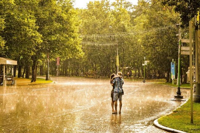 Фото прикол  про дощ, поцілунки та романтику