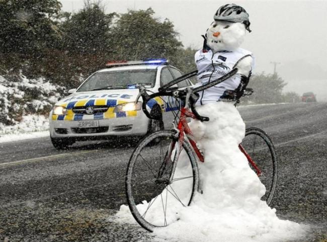 Фото прикол  про сніговика та велосипедистів