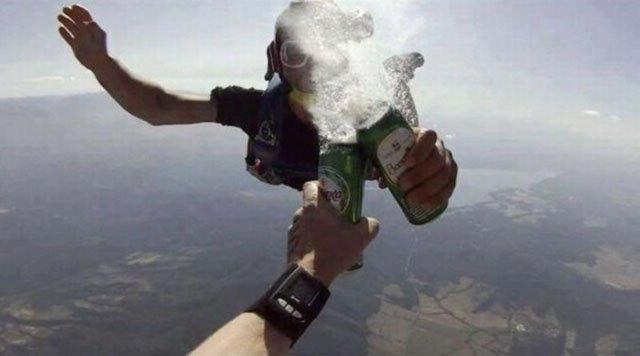 Фото прикол  про пиво та парашутистів