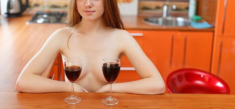 Фото прикол  про вино, жіночі груди вульгарний
