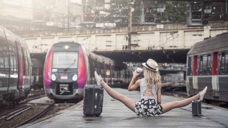 Фото прикол  про шпагат та потяги