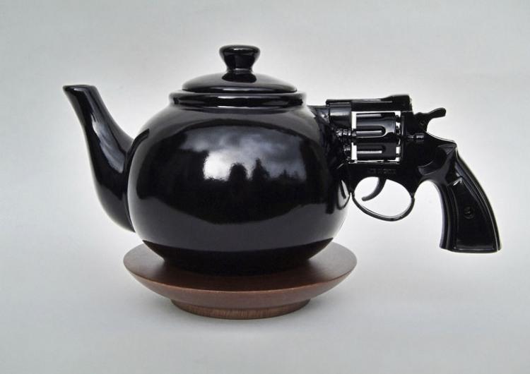 Фото прикол  про чайник та зброю
