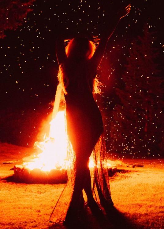 Фото прикол  про вогонь та дівчат