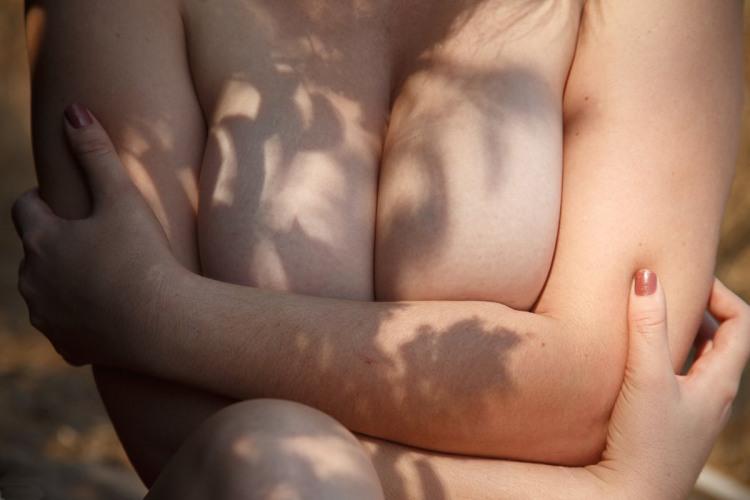 Фото прикол  про жіночі груди, лікті вульгарний