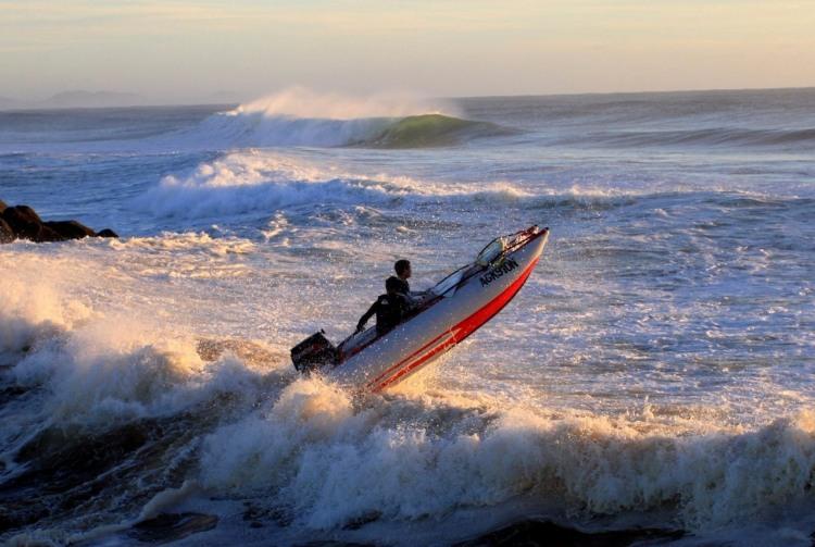 Фото прикол  про шторм, човен та хвилю