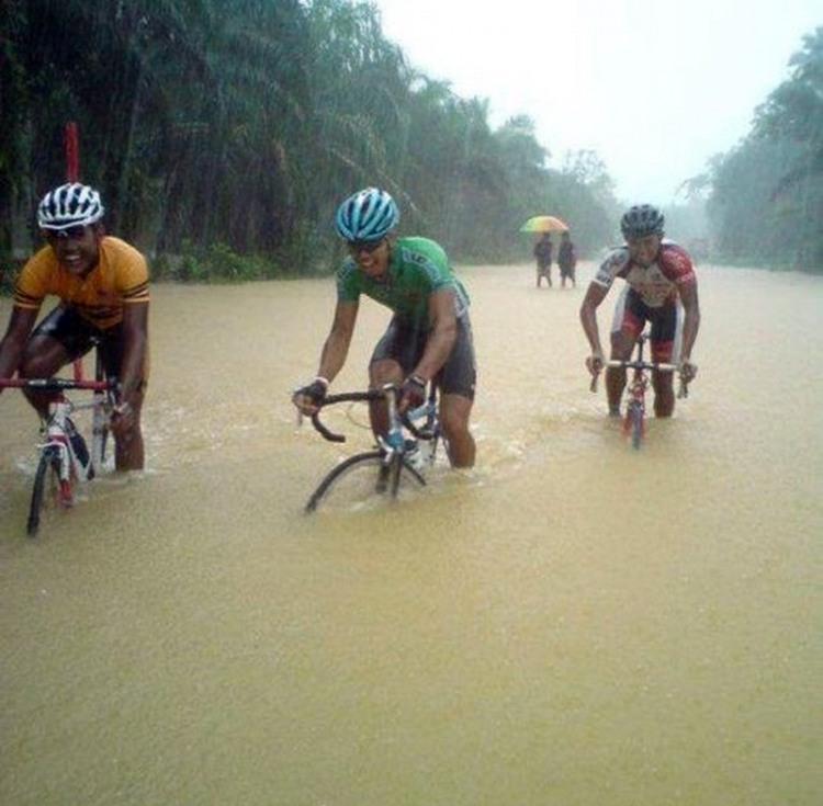 Фото прикол  про велосипедистів та дощ