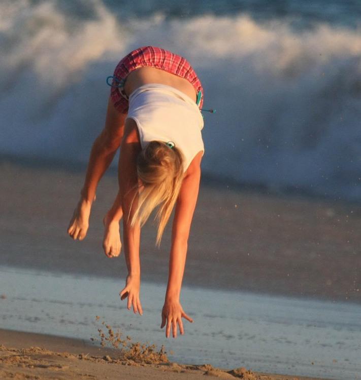 Фото прикол  про дівчат та стрибки