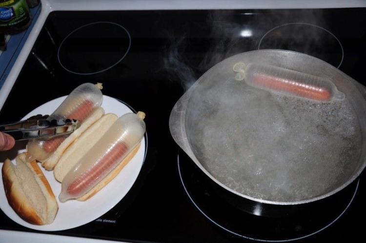 Фото прикол  про сосиски, гумові нацюцюрники та приготування їжі