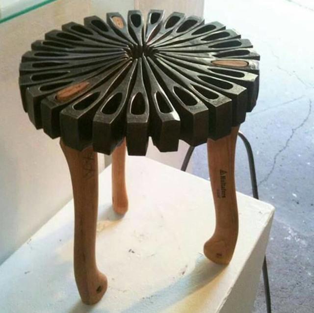 Фото прикол  про стільці та сокиру