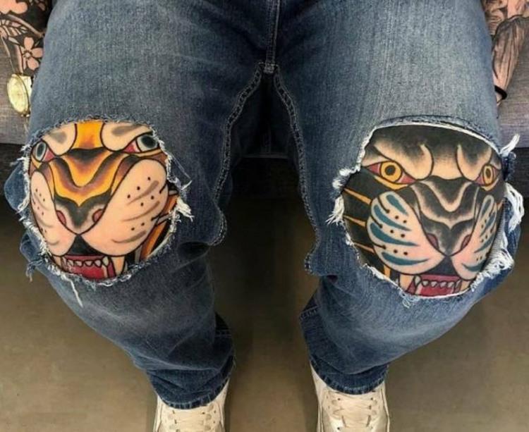 Фото прикол  про джинси, дірку та татуювання