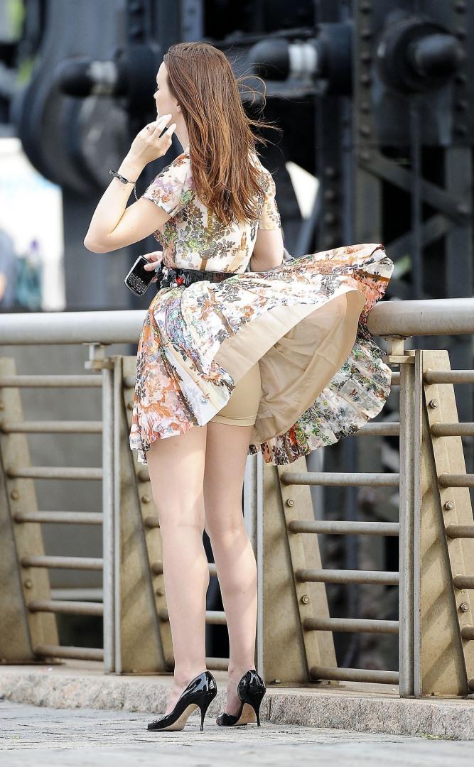 Женщины поднимают подол платья фото #2