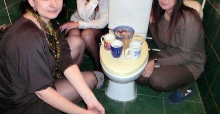 Фото прикол  про унітаз та дівчат