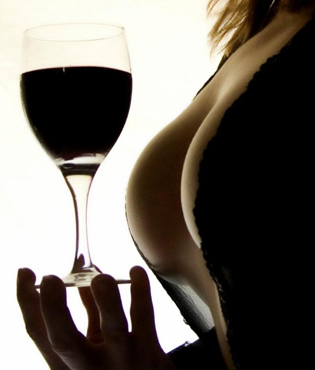 Фото прикол  про вино та жіночі груди