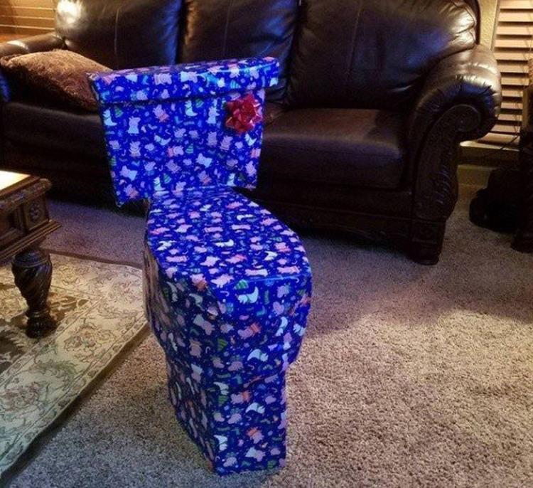 Фото прикол  про унітаз та подарунки