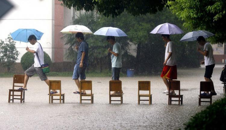 Фото прикол  про стільці та дощ