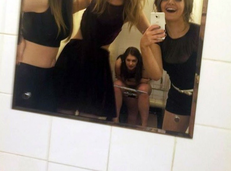 Фото прикол  про селфі, туалет, подруг вульгарний