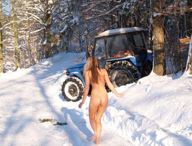 Фото прикол  про роздягнених людей, дівчат, трактор вульгарний