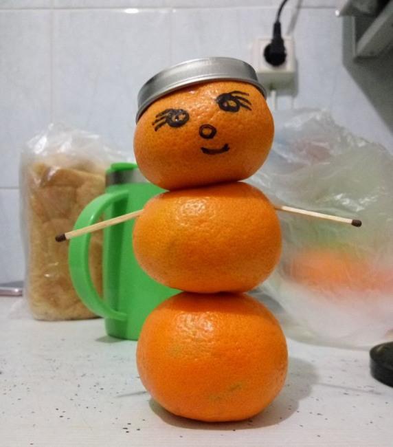 Фото прикол  про мандарин та сніговика