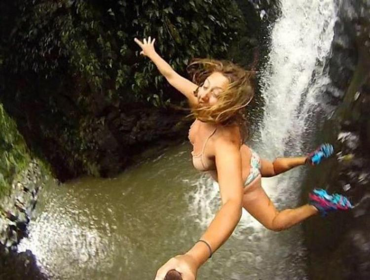 Фото прикол  про дівчат, стрибки, селфі та екстрім