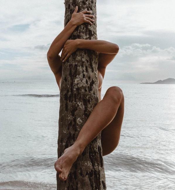 Фото прикол  про дівчат, роздягнених людей, дерево вульгарний