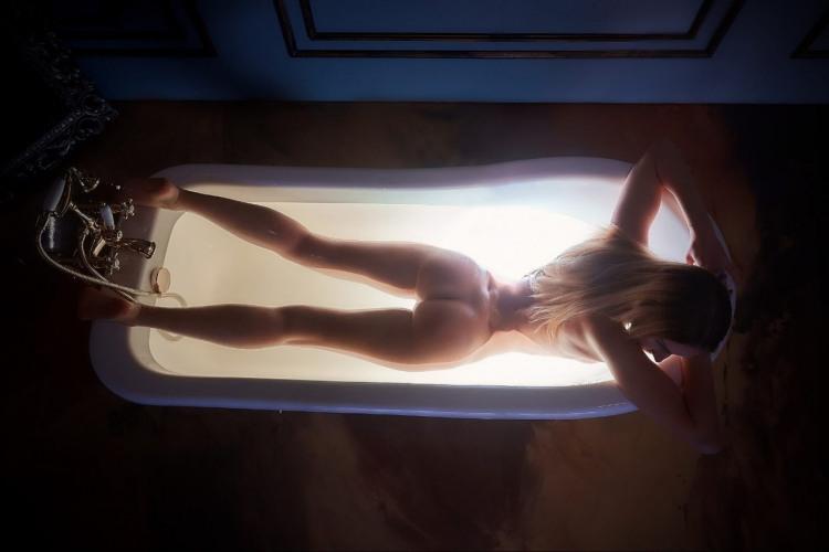 Фото прикол  про роздягнених людей, білявок, сідниці та ванну