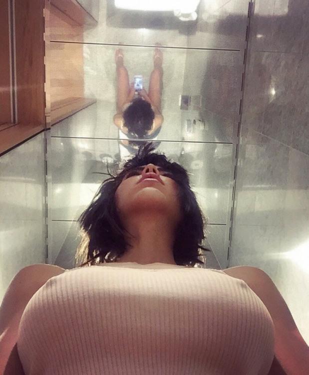 Фото прикол  про селфі, туалет, жіночі груди вульгарний