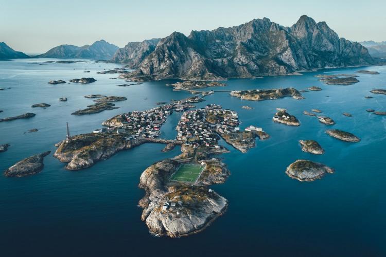 Фото прикол  про острів та стадіон