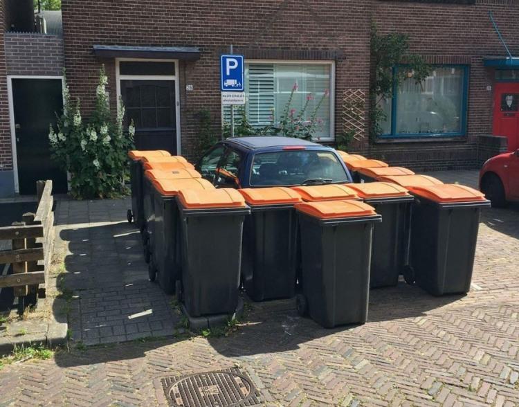Фото прикол  про сміттєвий бак та автомобілі