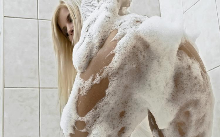 Фото прикол  про білявок, сідниці, миття, піну вульгарний