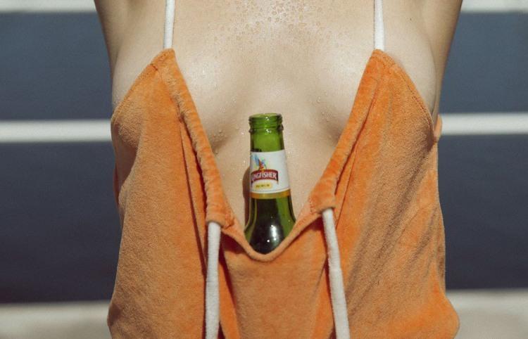 Фото прикол  про дівчат, пляшку та пиво