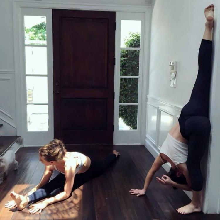 Фото прикол  про дівчат та йогу
