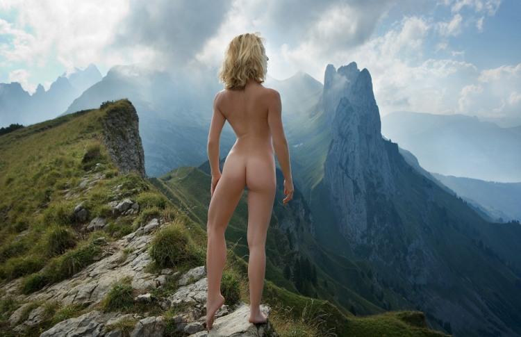 Фото прикол  про білявок, роздягнених людей, гори, сідниці вульгарний