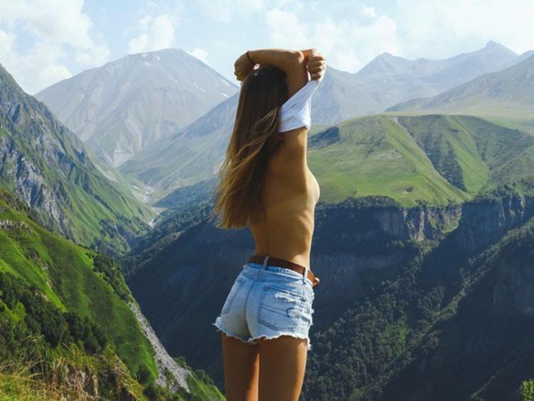 Фото прикол  про дівчат, гори, роздягання вульгарний