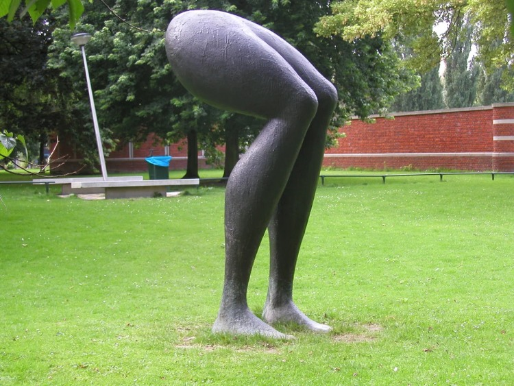 Фото прикол  про ноги та скульптури