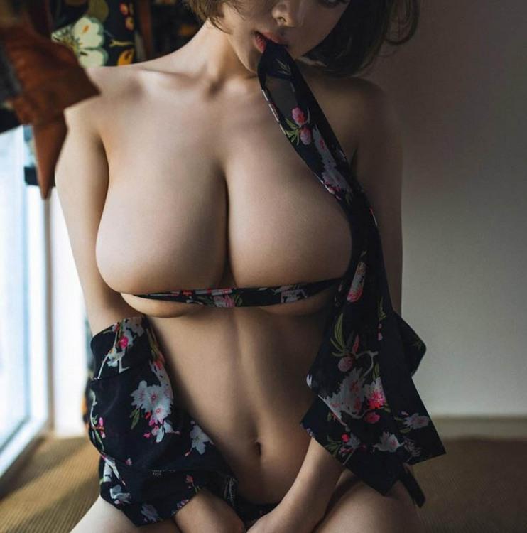 Фото прикол  про жіночі груди, пояс вульгарний