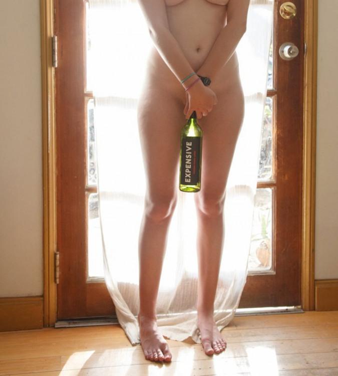 Фото прикол  про роздягнених людей, дівчат, пляшку вульгарний