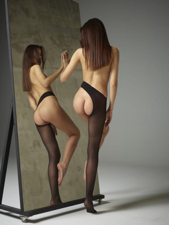 Фото прикол  про дівчат, дзеркало, сідниці, колготки та еротику