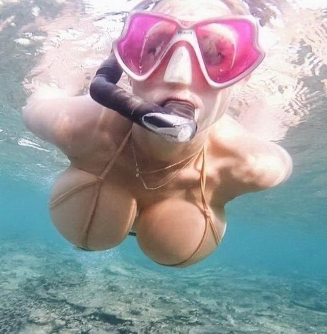 Фото прикол  про жіночі груди, плавців вульгарний